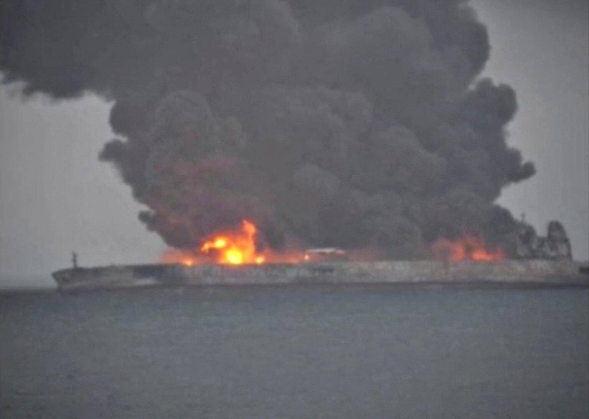 巴拿马籍油船撞船后失火