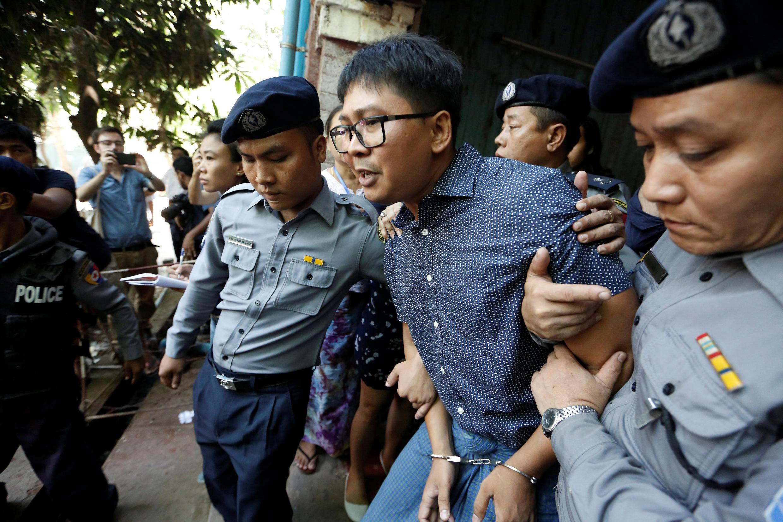 Wa Lone, một trong hai nhà báo của Reuters, bị cảnh sát áp giải tại tòa án ngày 11/04/2018.