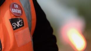 Cheminot en grève, affiche cet employé de la SNCF à travers son pin's, fin mai dans la région de Saint-Nazaire.