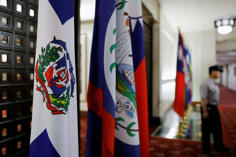 台北外交部內的多米尼加國旗(左)。攝於2018年5月1日。
