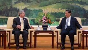 美國駐華大使布蘭斯塔德與中國國家主席習近平資料圖片