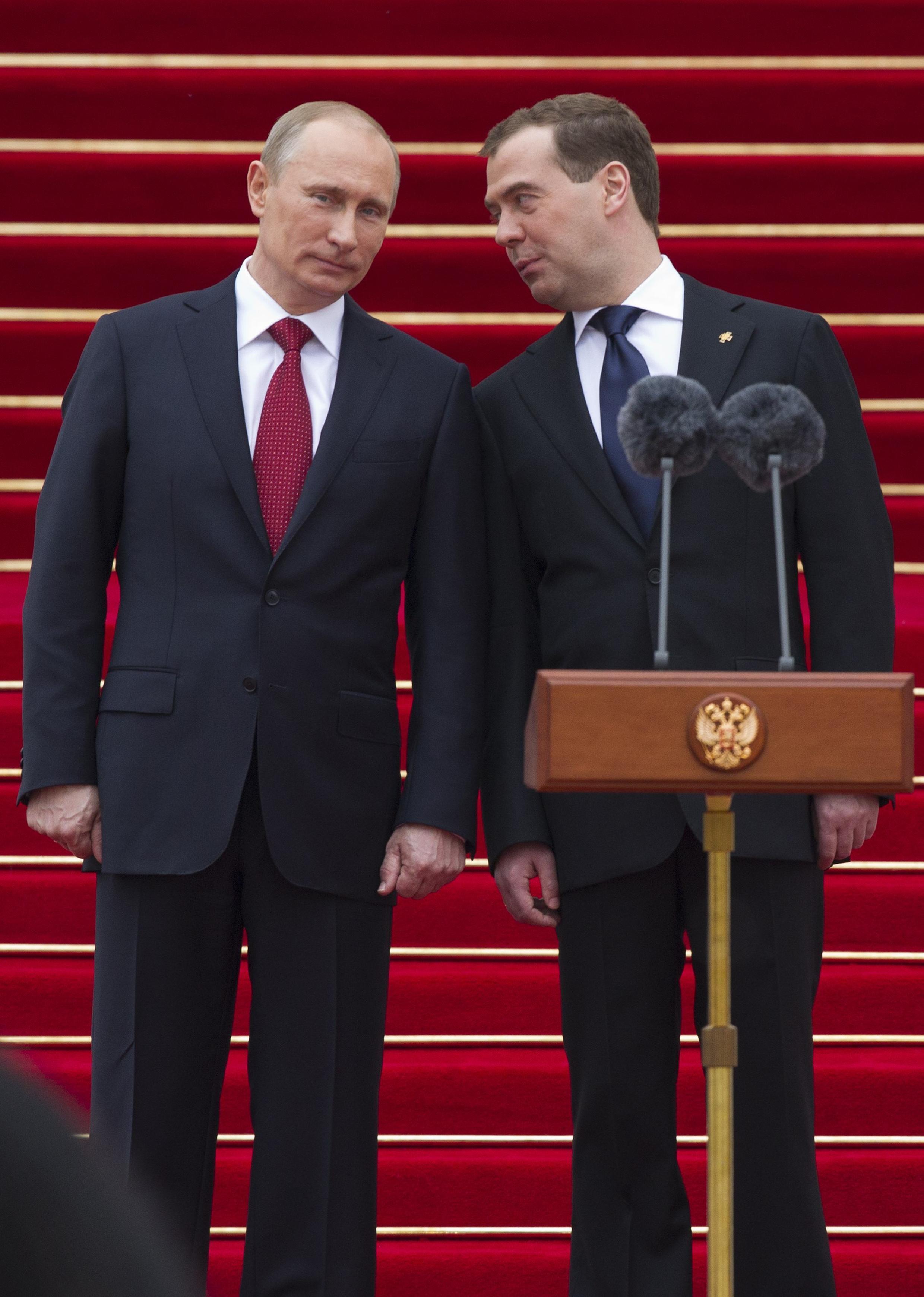 Vladimir Putin y Dimitri Medvedev durante la investidura del nuevo presidente en la catedral del Kremlin, este 7 de mayo de 2012.