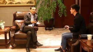 圖為安邦董事長吳小暉接受新京報專訪