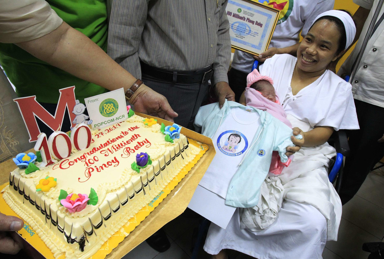 Dailin Cabigayan, la maman de 27 ans, et sa fille Chonalyn Sentino, désignée symboliquement cent millionième bébé né aux Philippines, le 27 juillet 2014.   Le bébé né à 12h35 (heure locale) pèse 2,8 kilos.