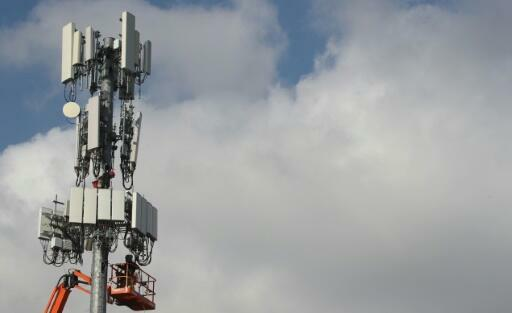 Empleados de telecomunicaciones instalando una antena 5 en Utah en EE.UU en 2019.