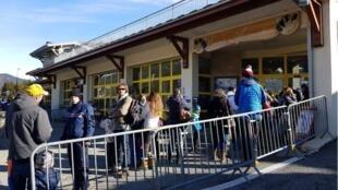法上薩瓦省Haute Savoie滑雪度假村確診5個新冠肺炎病例後,有疑慮的民眾加入到檢測的行列中    2020年2月9日