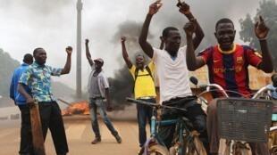 民众在布基纳法索街头示威。2015-09-15