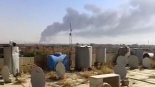 Sur cette image extraite d'une vidéo amateur, ce 18 juin 2014, un panache de fumée s'élève de la raffinerie de Baiji.