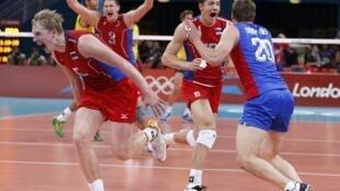 Игроки сборной России по волейболу после победы над Бразилией в борьбе за золотую медаль 12 августа 2012.