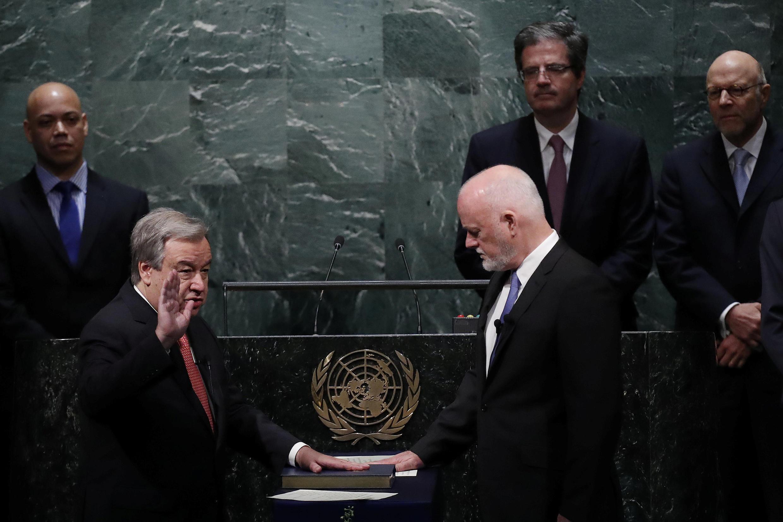 Ông Antonio Guterres (trái) tuyên thệ nhậm chức tổng thư ký trước chủ tịch Đại hội đồng Peter Thomson, tại New York ngày 12/12/2016.