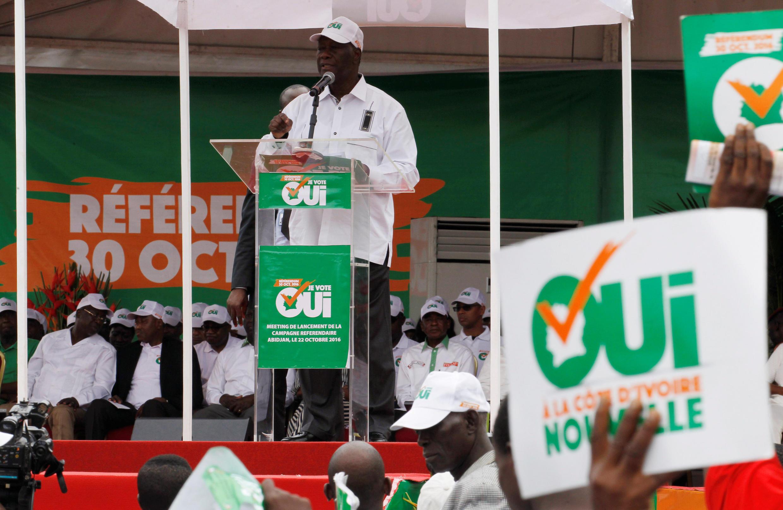 Le président Ouattara fait campagne en faveur du «oui» à la nouvelle Constitution, Abidjan, le 22 octobre 2016.