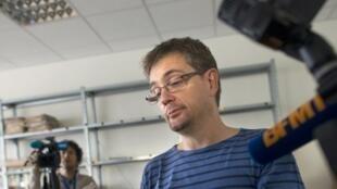 O diretor de redação do jornal Charlie Hebdo segura um exemplar da polêmica edição de 19 de setembro de 2012.