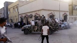 Dans la rue al-Zaouya, l'armée et la police auraient réussi à reprendre le contrôle du bâtiment abritant le QG d'une milice locale