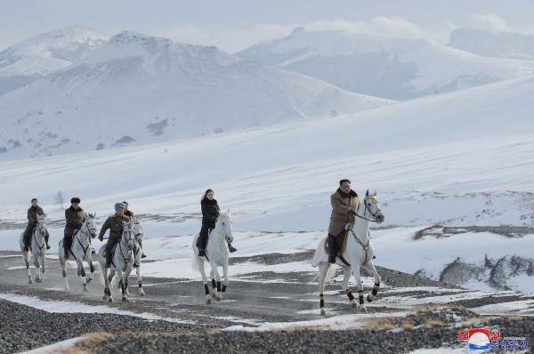 Ранее северокорейское информагентство сообщало, что восхождение Ким Чен Ына на белом коне в гору является «важным символом»