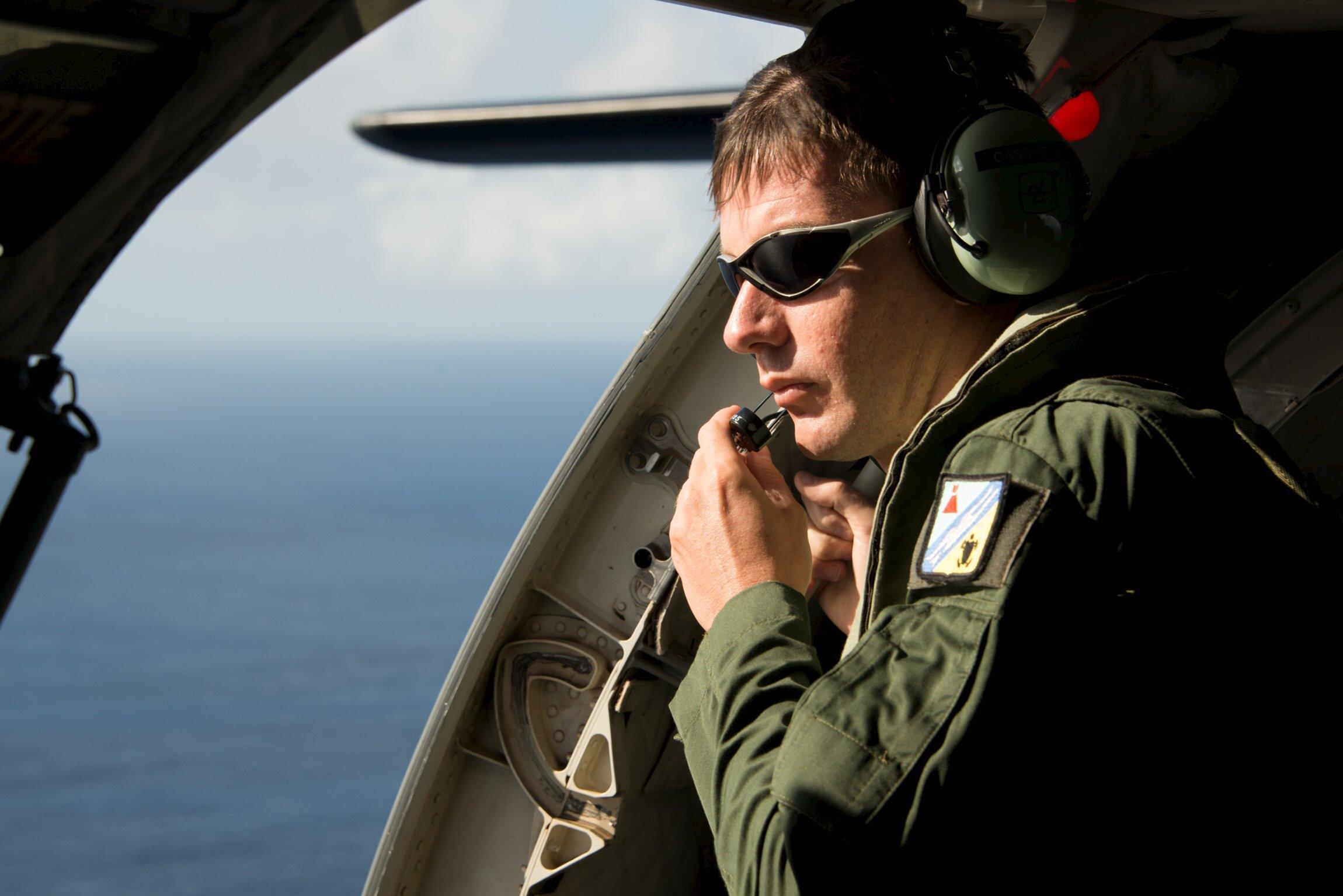 Exército francês coordena as buscas aéreas por destroços do Boeing 777 da Malaysia Airlines na Ilha da Reunião.