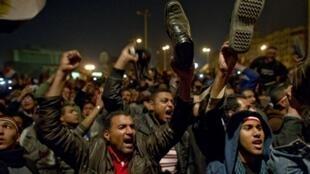 Les manifestants de la place Tahrir au Caïre ont brandit leurs chaussures en signe de protestation lors du discours d'Hosni Moubarak le 10 février 2011.