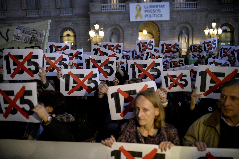 Manifestantes contra o artigo 155 da Constituição Espanhola, que permite que a Catalunha fique sob a tutela de Madri