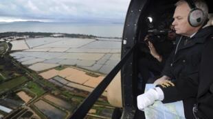 Le Premier ministre Jean-Marc Ayrault survole en hélicoptère la région entre La Londe et Hyères, où deux quartiers agricoles et des petits hameaux ont été inondés.