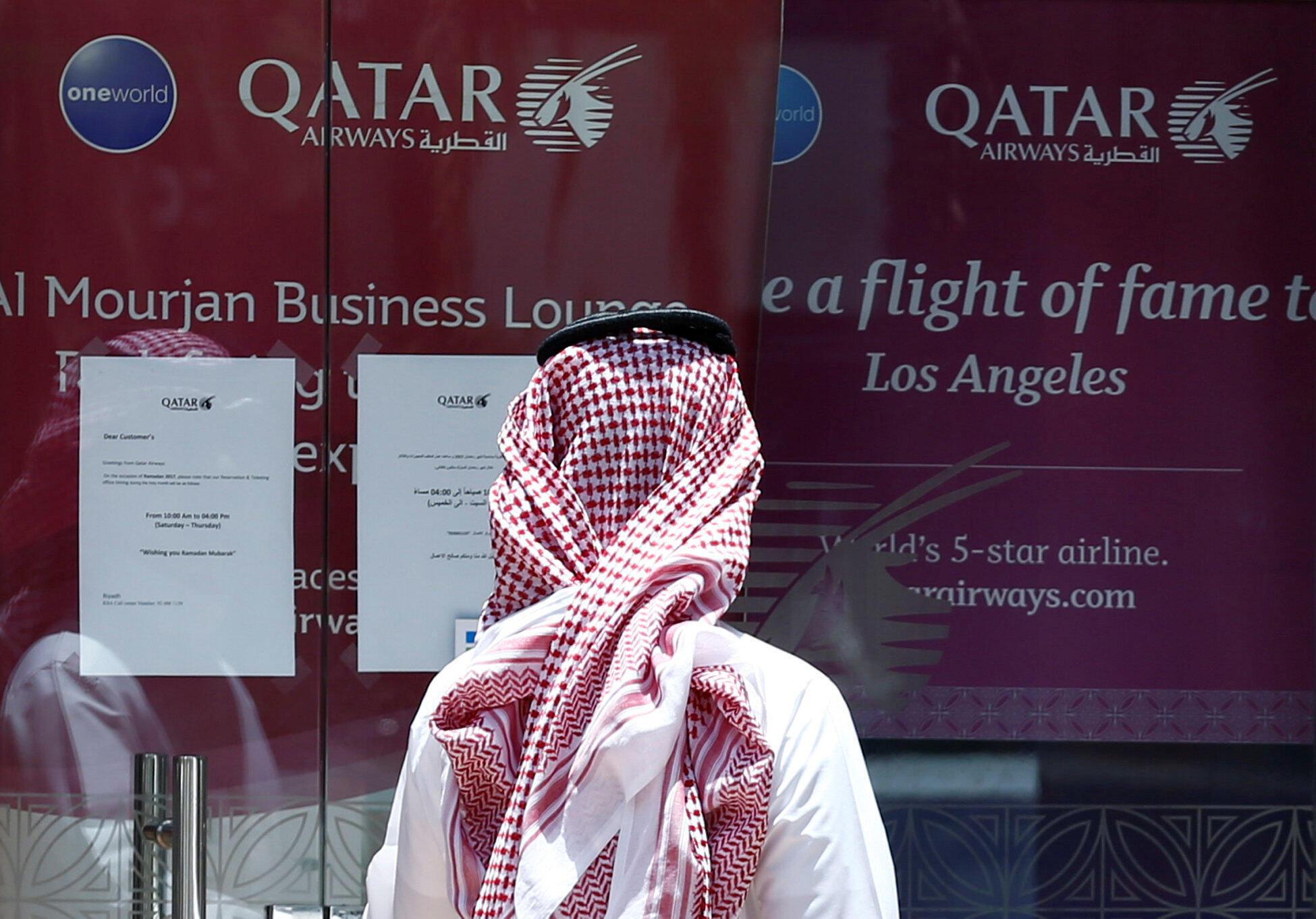 Devant un bureau de Qatar Airways, le 5 juin à Riyad.
