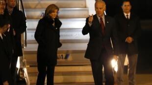 O vice-presidente americano, Joe Biden, chega ao Japão, e é recepcionado pela embaixadora Caroline Kennedy.