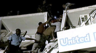 Des casques bleus sont à la recherche de survivants dans les décombres du quartier général de l'ONU à Port-au-Prince, le 13 janvier 2010.