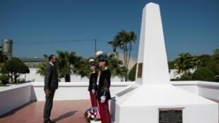 Thủ tướng Pháp Édouard Philippe đặt vòng hoa trước đài tưởng niệm chiến sĩ Pháp tại Điện Biên Phủ, ngày 03/11/2018.