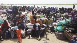 People displaced from fighting between the South Sudanese army and rebels, Bor town, December 30, 2013.