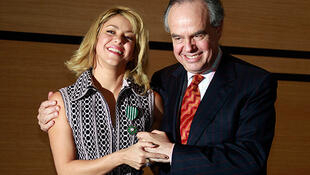 Shakira y el ministro de la Cultura de Francia, Frédéric Mitterrand.