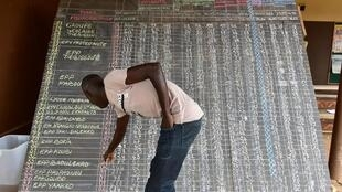 Un homme regarde les résultats du scrutin dans la ville de Tiebissou, le 14 octobre 2018.