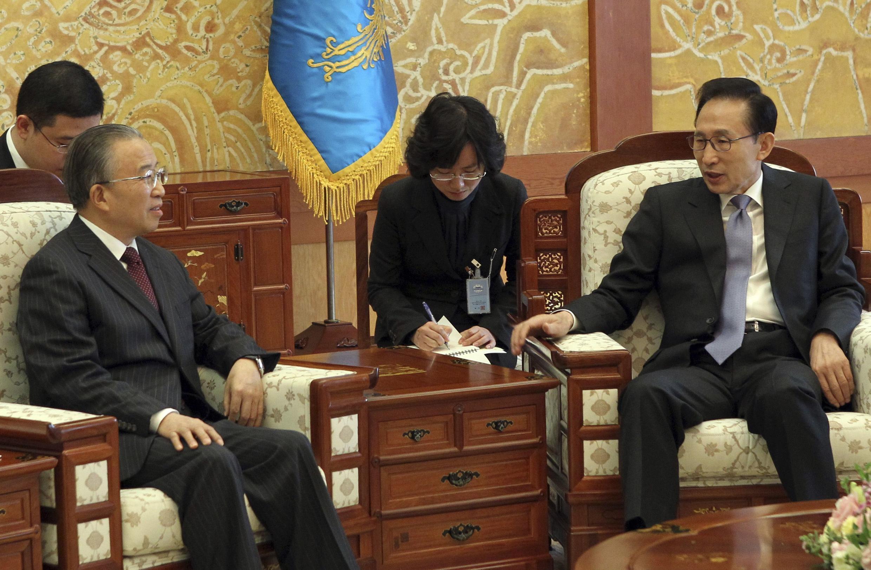 Tổng thống Hàn Quốc  Lee Myung-Bak tiếp Ủy viên Quốc vụ Trung Quốc Đới Bỉnh Quốc tại Seoul hôm 28/11/2010