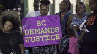 Manifestantes protestan en la ciudad de Charleston, en el estado de Carolina del Sur, por la muerte de un ciudadano afroamericano a manos de la policía.