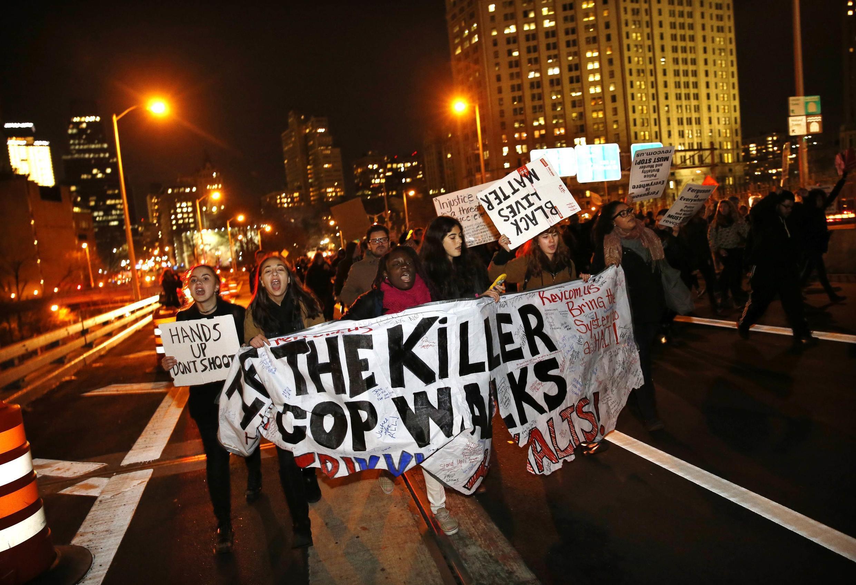 Manifestation à New York le 4 décembre 2014, aux Etats-Unis pour réclamer des réformes après la relaxe du policier blanc à l'origine de la mort d'Eric Garner, un citoyen noir.