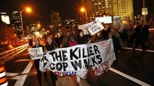 Milhares de pessoas participaram da manifestação contra a violência policial nesta quinta-feira em Nova York