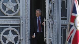 O embaixador britânico Laurie Bristow deixa a sede do Ministério das Relações Exteriores da Rússia na sexta-feira (30).