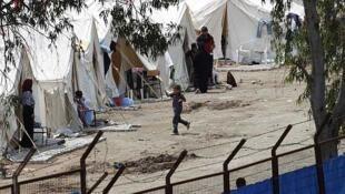 Un niño juege en un campo de refugiados del lado turco de la frontera con Siria en Hatay, el 15 de junio de 2011.