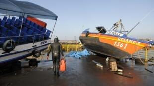 Barcos foram parar em terra firme após tsunami no Chile.