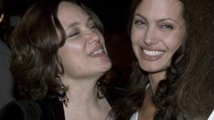 Tauraruwar Fim Angelina Jolie  tare da Mahaifiyarta Marcheline Bertrand