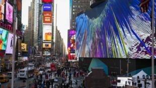 Pedestres caminham pela Times Square em NY