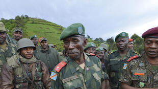 Le général Lucien Bahuma avec ses hommes, près de Chanzu (au Nord-Kivu), en République démocratique du Congo, le 5 novembre 2013.