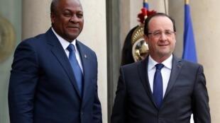 Le président français François Hollande accueille le président du Ghana, John Dramani Mahama, au palais de l'Elysée, le 28 mai 2013.