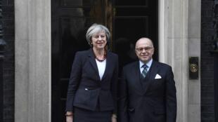 Theresa May et Bernard Cazeneuve devant la résidence de la chef du gouvernement britannique, le 17 février 2017.