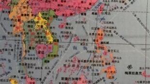 Ảnh chụp lại bản đồ thế giới do Trung Quốc xuất bản có đường lưỡi bò trưng bày tại Nhà Lịch Sử Châu Âu.
