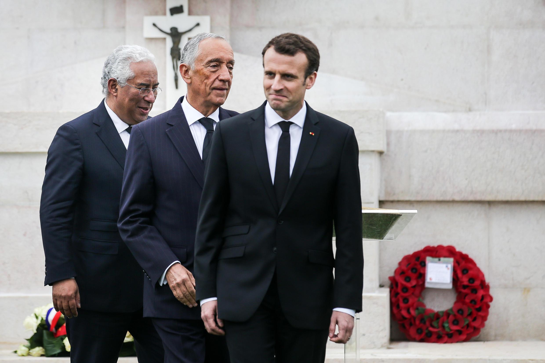O Presidente português, Marcelo Rebelo de Sousa (Centro), acompanhado pelo primeiro-ministro português, António Costa (Esquerda), e pelo Presidente francês, Emmanuel Macron (Direita), participam nas Comemorações do Centenário da Batalha de La Lys.