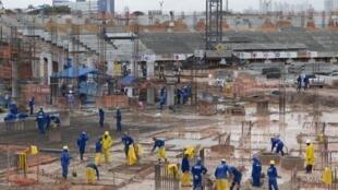 Funcionários trabalham em obras em Manaus.