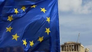 Bandeira da União Europeia é hasteada em Atenas. Nesta terça-feira, o Banco Central Europeu decidiu não aceitar títulos da dívida grega, complicando a situação do país com seus vizinhos.