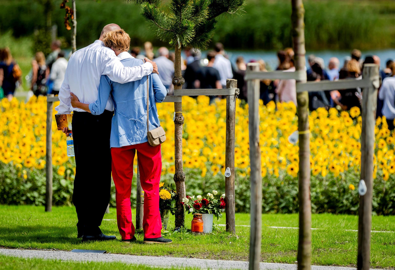 Родители жертв авиакатастрофы MH17 на церемонии памяти 17 июля 2017 года, Нидерланды.