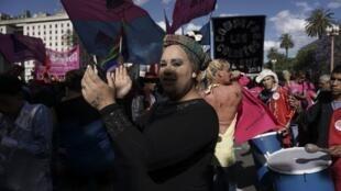 Un participant à la 26e Gay Pride à Buenos Aires, en Argentine, brandit les couleurs contre la transphobie, le 18 novembre 2017 (photo d'illustration)