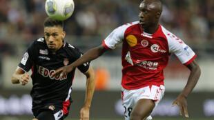 Lance do jogo entre o Reims e o Mônaco, placar final de 1-1.