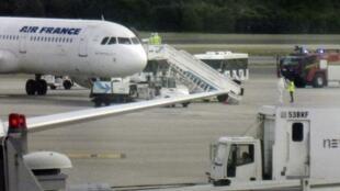 Avião da Air France é isolado em Barajas, Madri, por causa de suspeita de ebola.