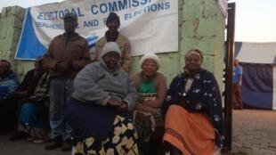 Raia wa Afrika Kusini wakisubiri kufunguliwa kwa vituo vya kupigia kura mapema leo asubuhi katika kitongoji kimoja cha Johannesburg, mei 7 mwaka 2014.